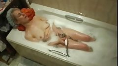 Mom masturbates in bath-spy cam